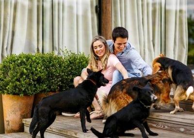 casal-brincando-cachorros